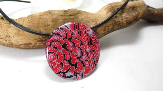 collier pendentif, mi-long, rond, rouge, noir et blanc en pâte polymère