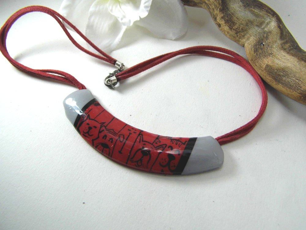 collier torque, motifs chiens noirs sur fond rouge, en pâte polymère