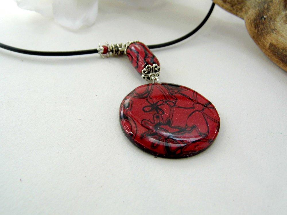 collier pendentif rouge, noir et blanc en pâte polymère