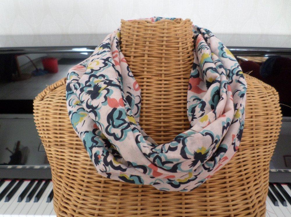 écharpe-tube très colorée avec des fleurs