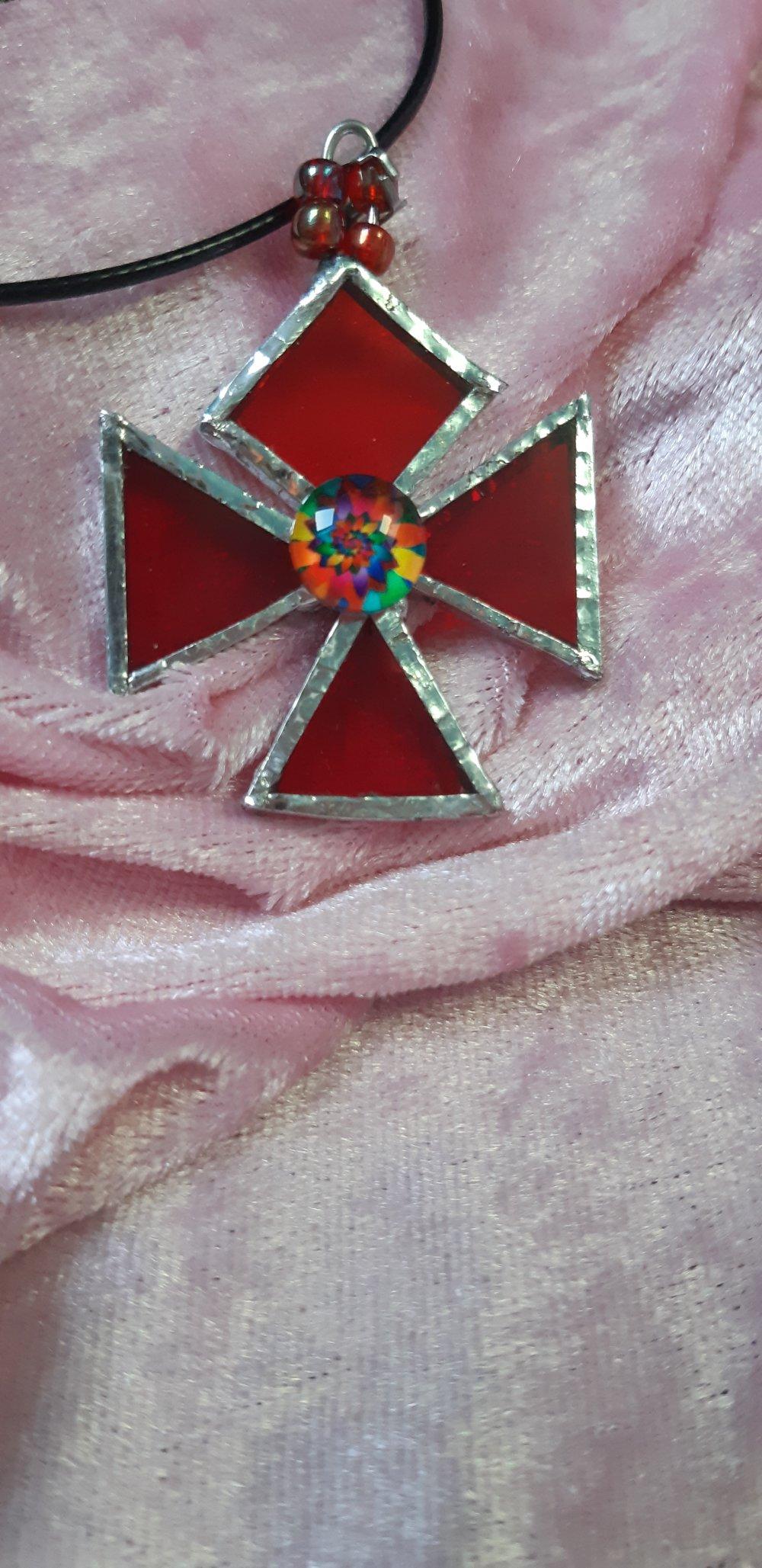 Pendentif croix de Malte en vitrail rouge