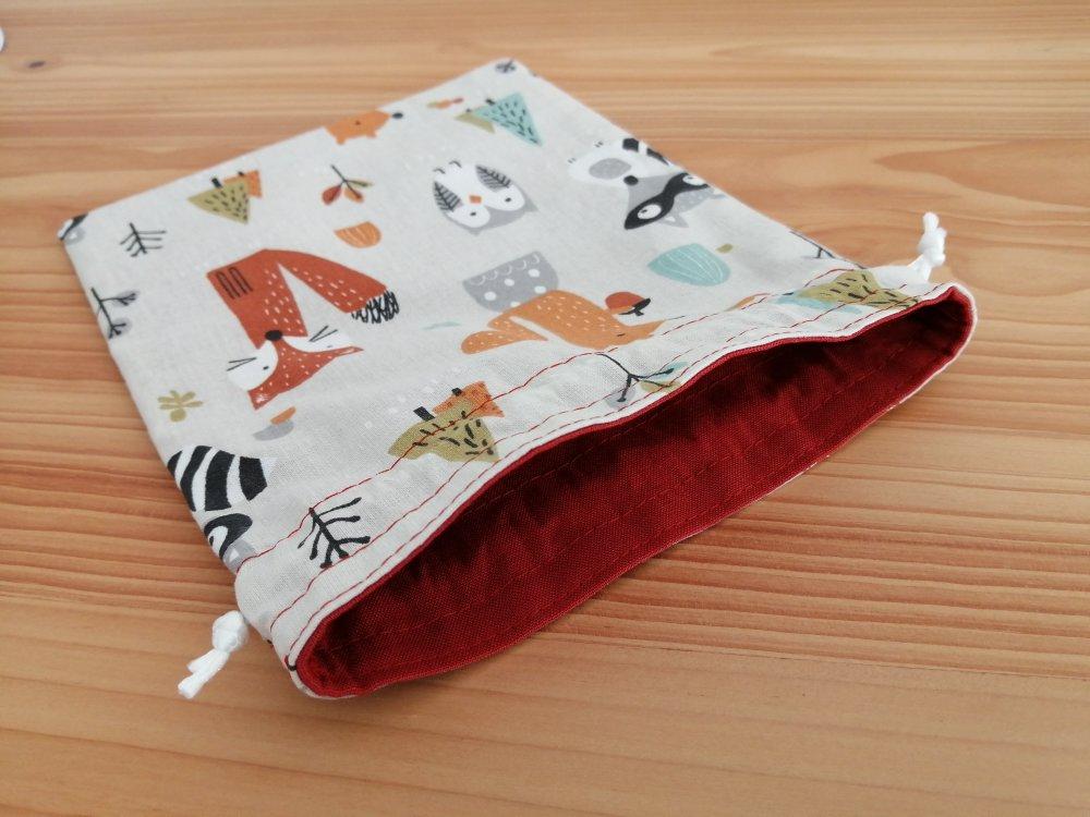 Petit pochon doublé en tissus oeko-tex animaux de la forêt sur fond beige pour lingettes, sac cadeau