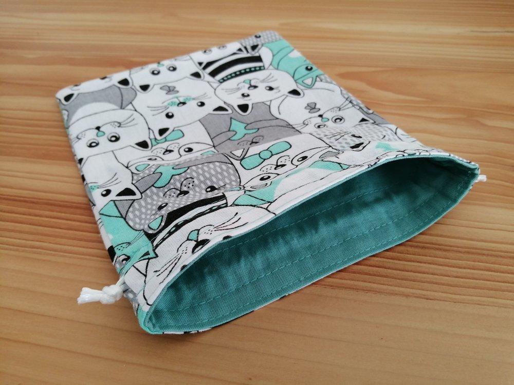 Petit pochon doublé en tissus oeko-tex chat gris et menthe sur fond blanc pour lingettes, sac cadeau