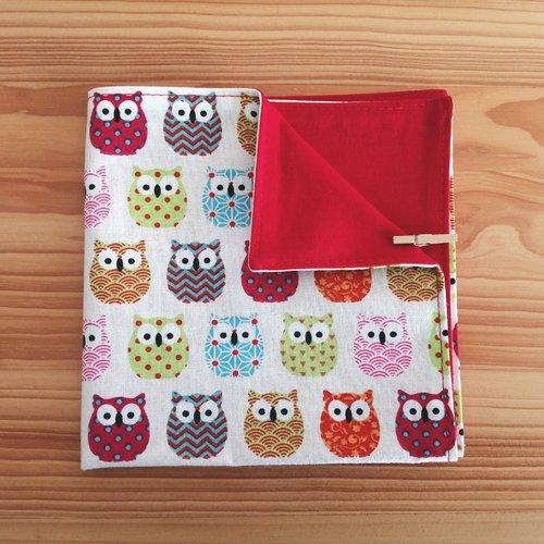 Serviette de table enfants doublée en tissu oeko-tex, fond beiges et hiboux multicolores.