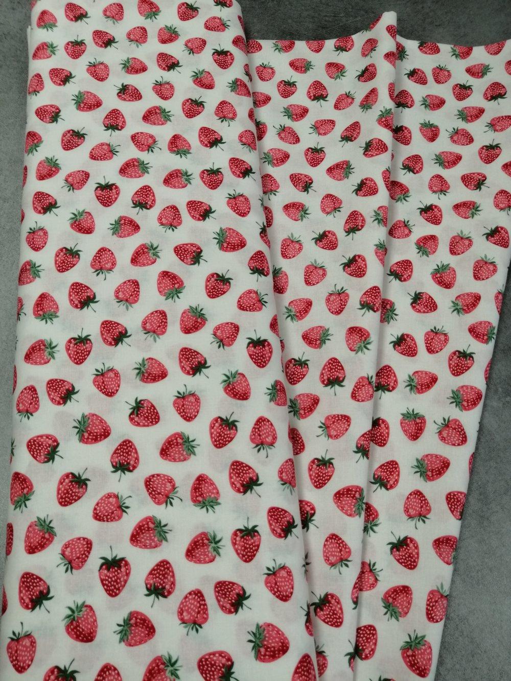 Coton qualité patchwork -  fond blanc avec fraises 25 cm