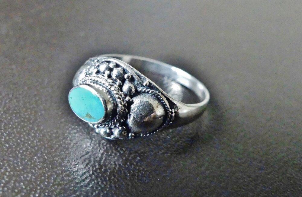 Bague ethnique, bohème chic en argent massif poinçonné 925, richement ouvragée, ornée d'une jolie pierre fine turquoise véritable.