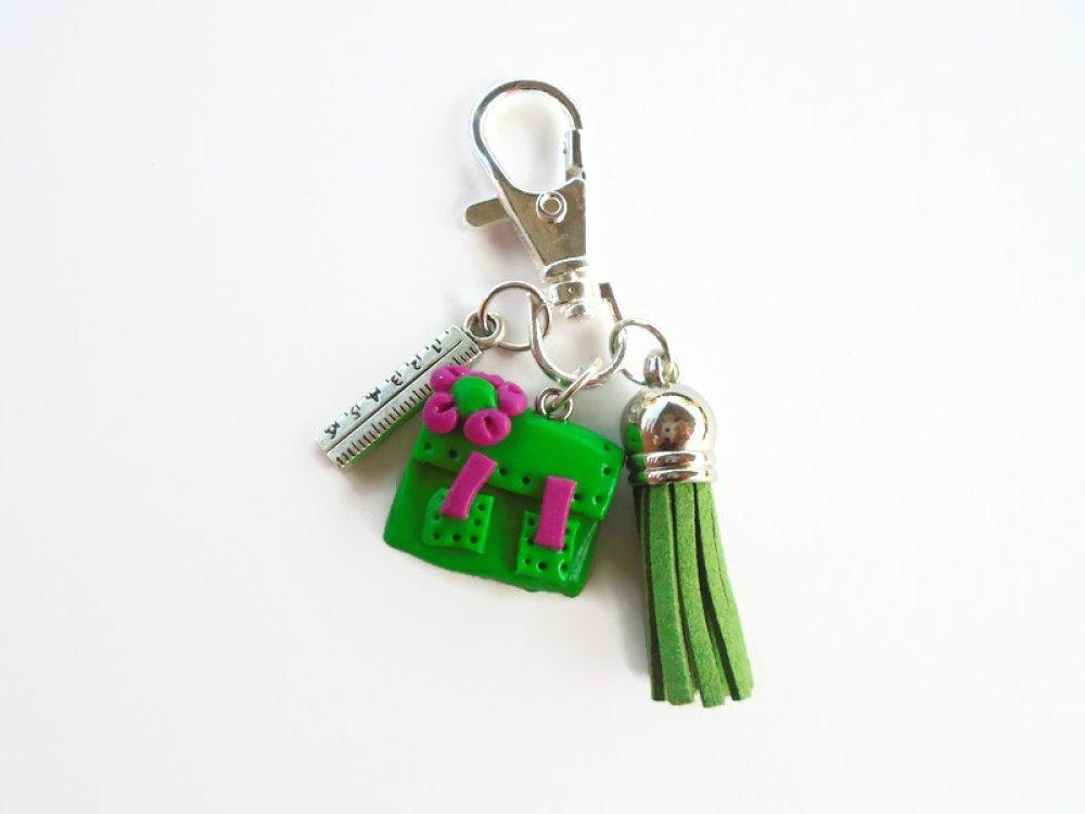 porte clés cartable maîtresse école vert