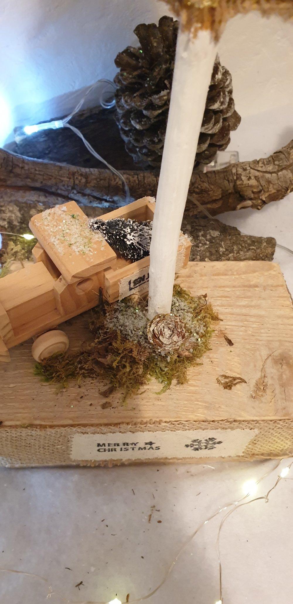 Gros Sapin en jute sur socle en bois