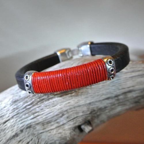 Bracelet 20,3 cm cuir épais noir, cordon cuir rouge enroulé, 2 perles métal argenté, fermoir à clip