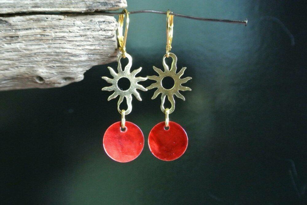 Boucles d'oreilles sequin en nacre rouge sur support cuivre en forme de soleil en métal doré, crochets dormeuses