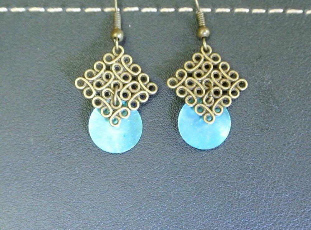 Boucles d'oreilles sequin rond nacre turquoise sur support losange motif fil enroulé couleur bronze