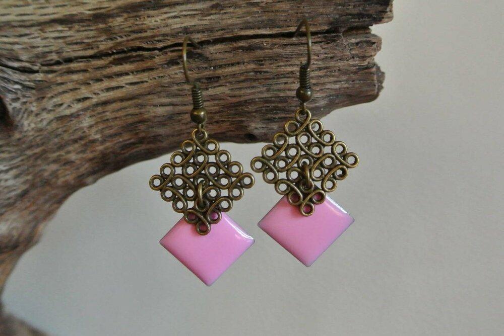 Boucles d'oreilles support losange effet fil métal bronze et un pendant losange émail époxy rose