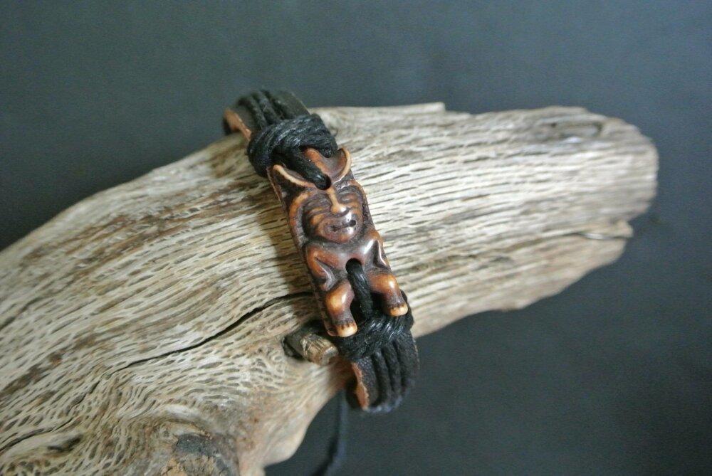Bracelet homme art brut tiki Nouvelle-Zélande fixé à un bracelet cuir noir  et cordon de coton, longueur de 19 à 22-23 cm,