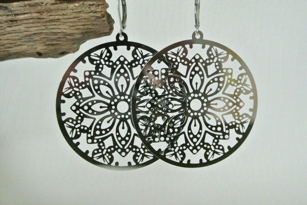 Boucles d'oreilles grande estampe en acier ronde et plate motif géométrique de fleurs et papillons couleur platine