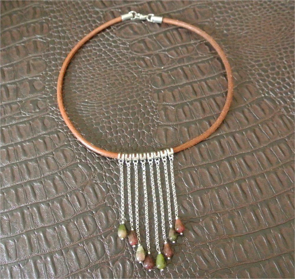 Collier 44 cm cordon cuir et pendants goutte agate tons vert et rose-violet sur chaînettes acier, bélières, embouts et mousquet