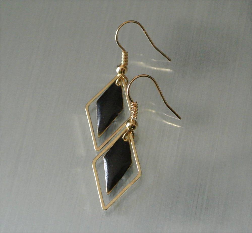 Boucles d'oreilles sequins émail noir dans cadre losange métal doré, crochets hameçons