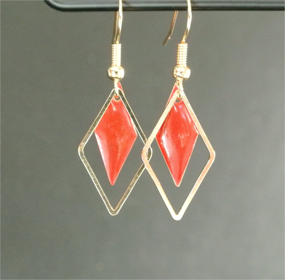 Boucles d'oreilles sequin losange émail rouge dans cadre losange métal doré, crochets hameçons