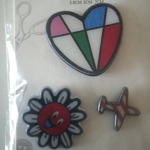 Lot de 3 pins pvc rigide - décoration - badges pour vêtements, chapeau, sac etc...