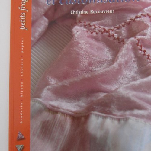 """Livre """"couture, machine et customisation"""" - personnalisez vêtements et accessoires"""