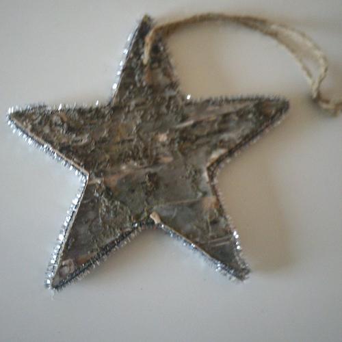 Étoile de noël en bois brut bordée d'une guirlande argentée avec lien - pour votre décoration de noël