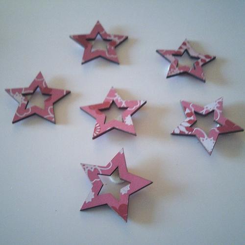 Sachet de 6 étoiles  en bois de couleur rose foncé et blanc