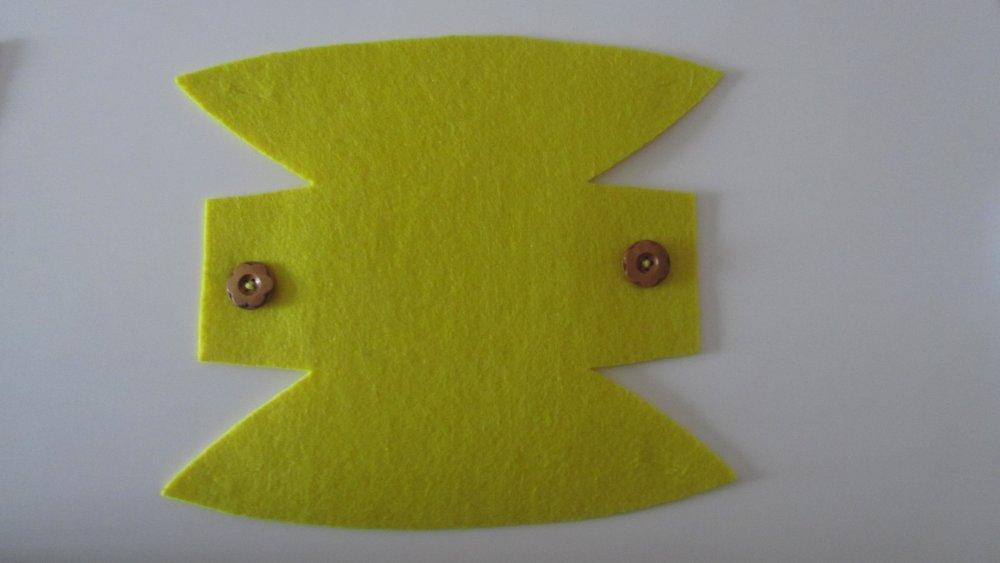 panier, corbeille, vide-poches en feutrine et bouton bois - de couleur JAUNE- fait main