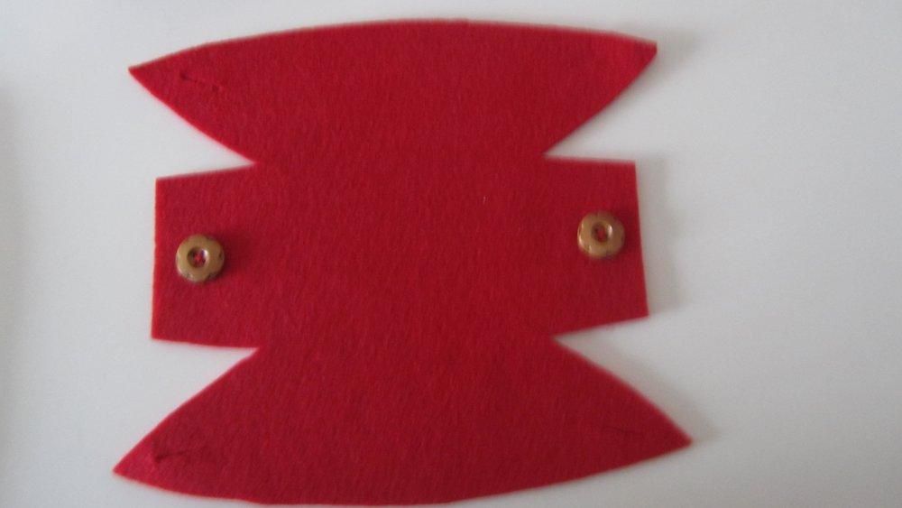 panier, corbeille, vide-poches en feutrine et bouton bois - de couleur rouge - fait main