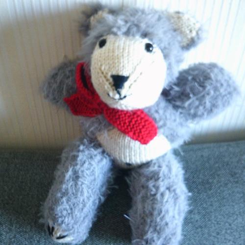 Ours tout en tricot fabriqué et cousu mains