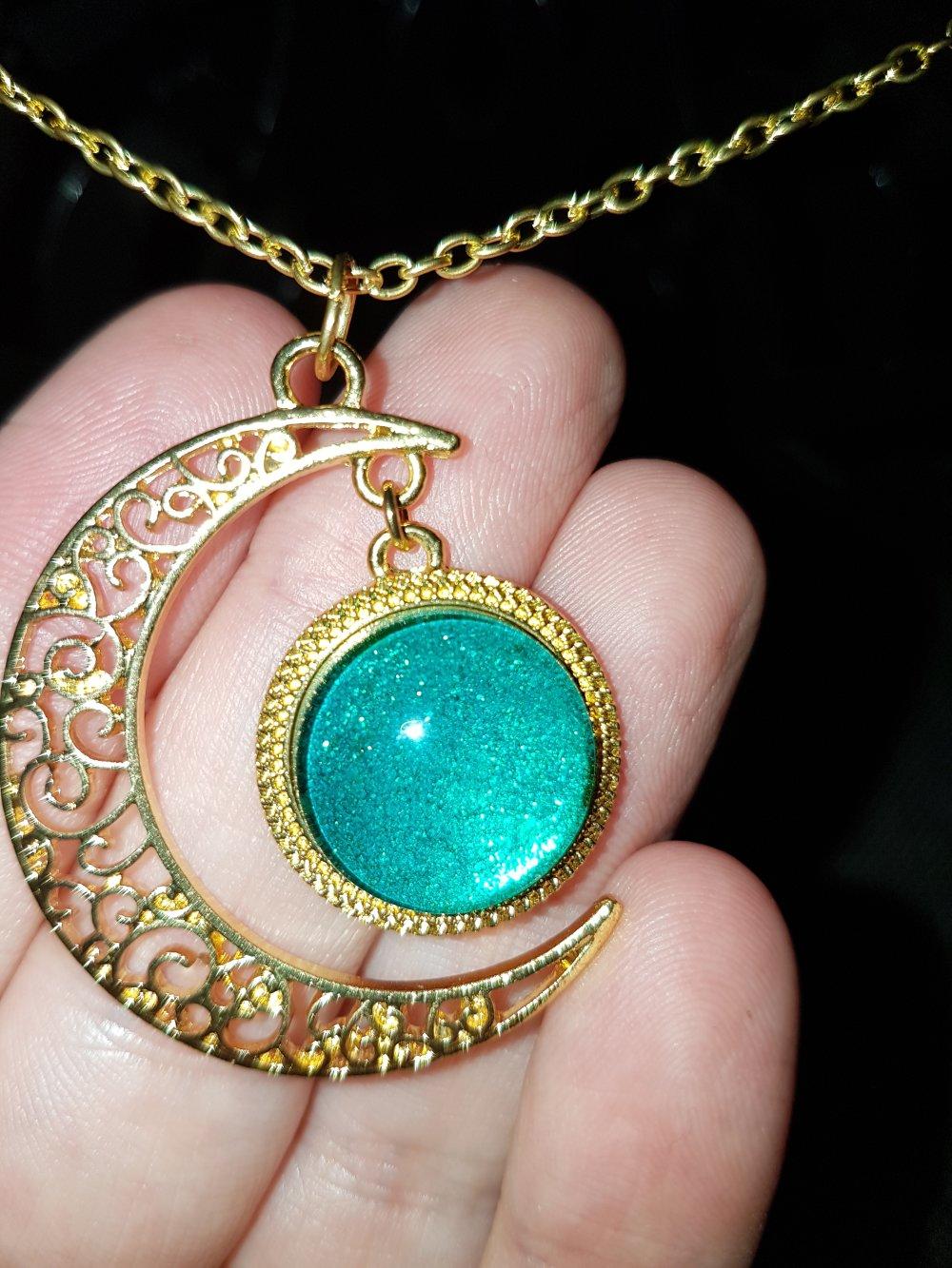 Collier chaîne dorée lune verte pailletée