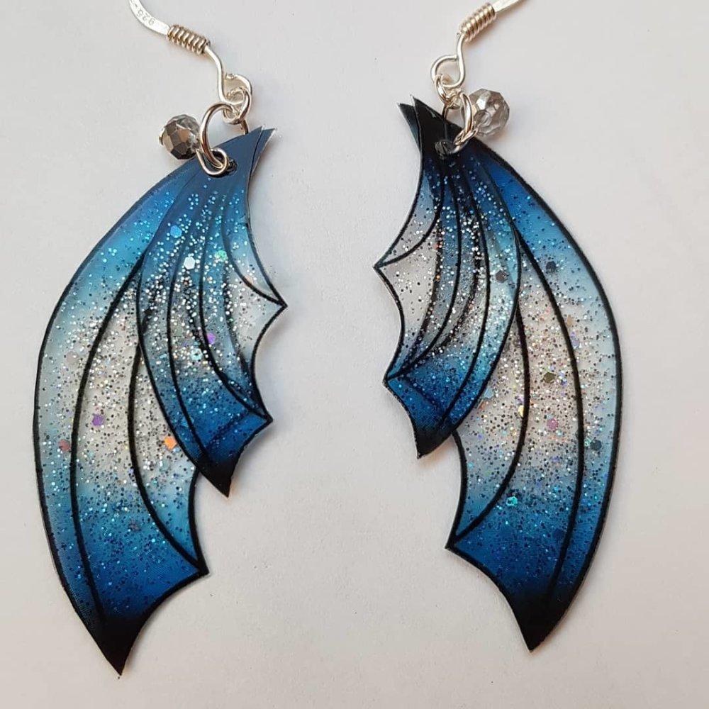 Boucles d'oreille sombre lune ailes de fée, ailes de dragon bleu nuit, effet lunaire, en argent 925, bijou de fée