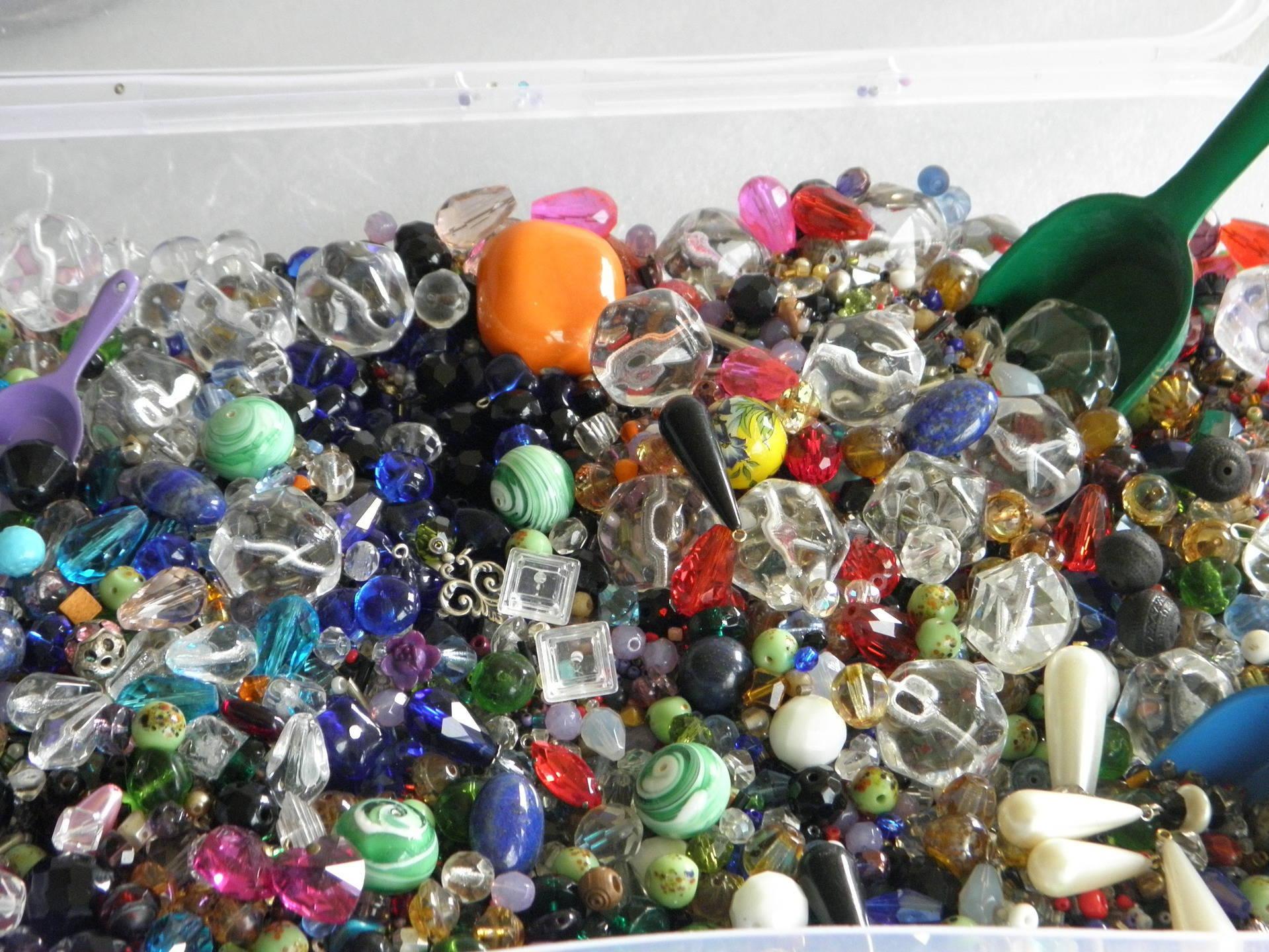 x90 gr de perles vintage (neuves !) en vrac - essentiellement en verre et céramique