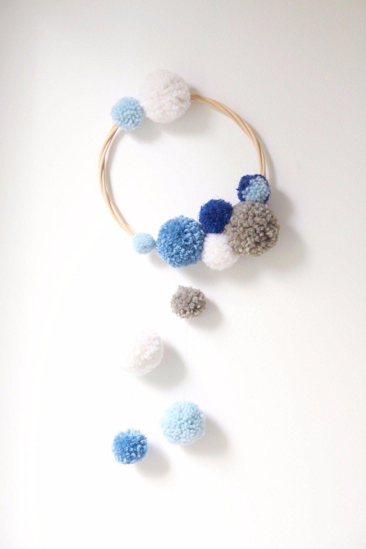Deco Pompons En Laine mobile / attrape rêves / wall hanging pompons de laine - gris, bleu, blanc  - décoration chambre bébé enfant - cadeau naissance