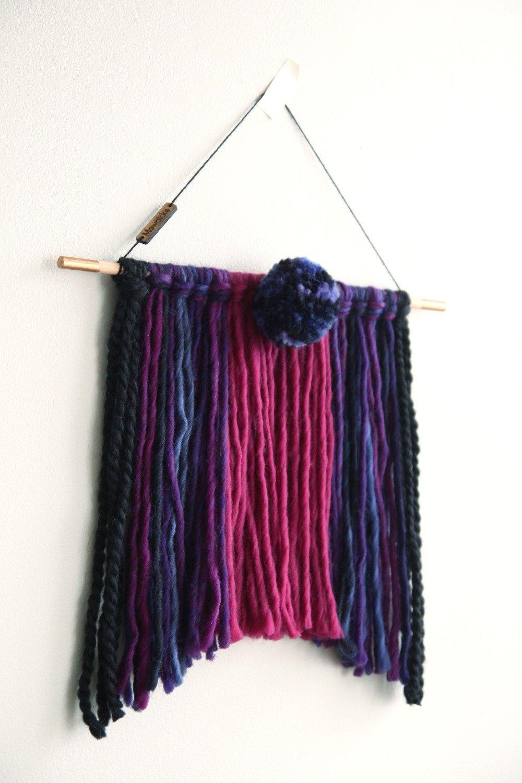 Tissage mural tressé en laine avec pompons (wall hanging - tenture - tapisserie moderne) - noire, prune, violet, bleu