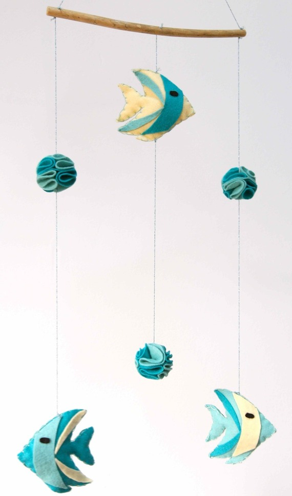 Mobile bébé en feutrine de laine - poissons et pompons - Turquoise, bleu, jaune - Décoration chambre enfant bébé