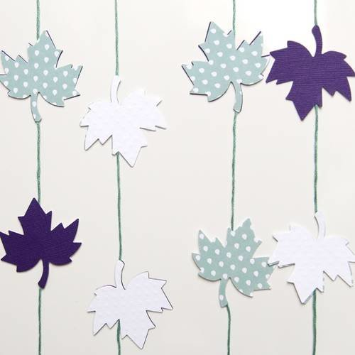 Guirlande en papier - feuilles d\'érable - violet, blanc ...