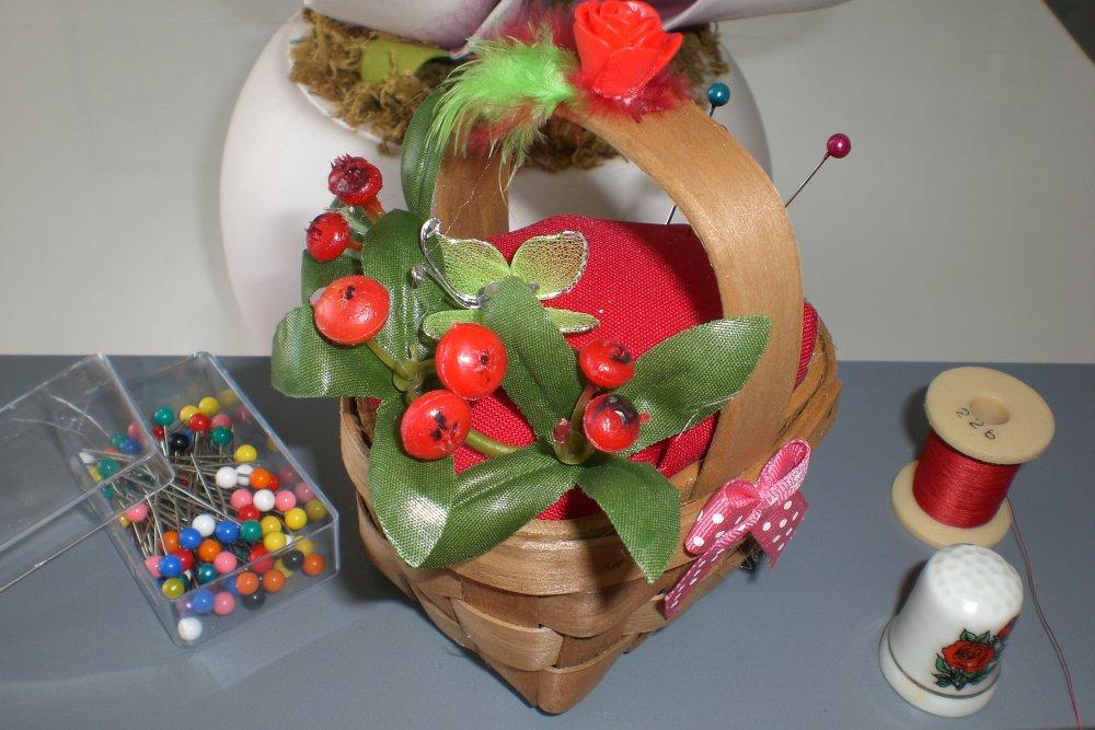 Pique épingle  panier de fleurs rouge