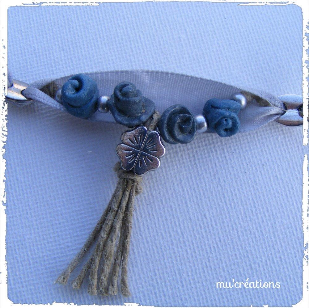 collier romantique roses gris-bleues