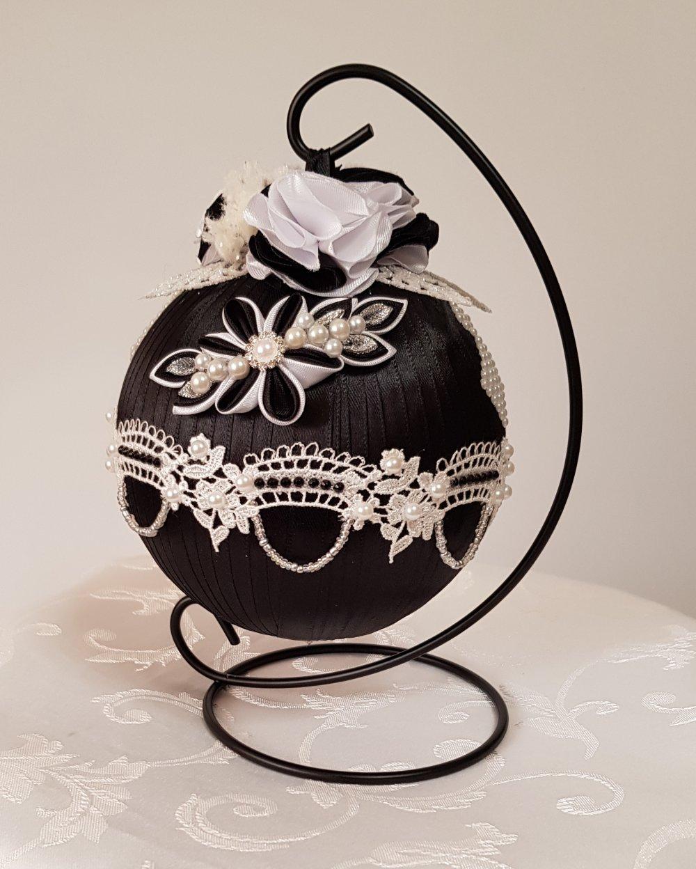 boule de Noël sur sa suspension en noir et blanc