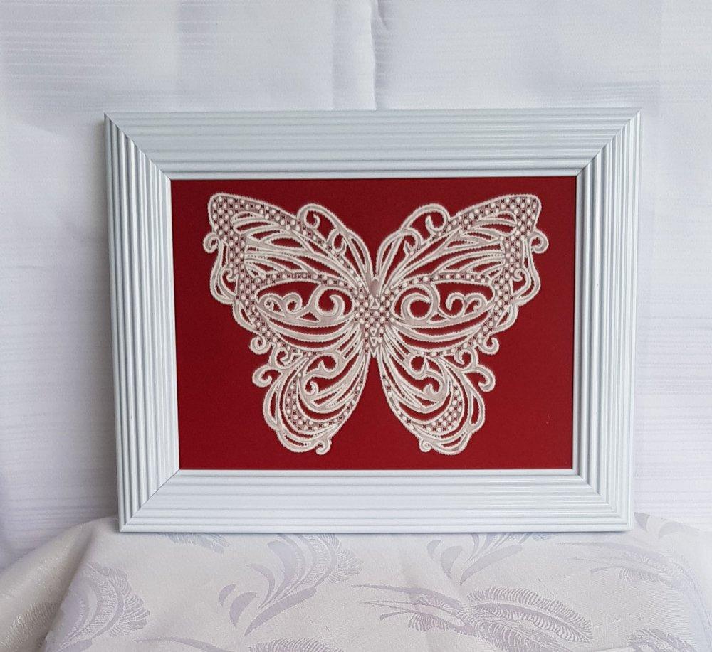tableau en papier parchemin blanc orné d'un papillon façon dentelle .