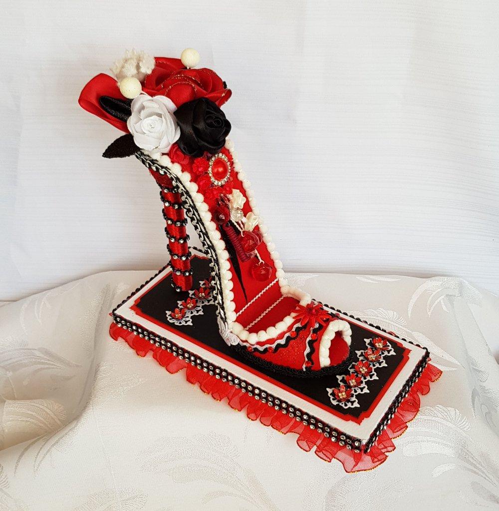 Petite chaussure de décoration en papier carton rouge, noire et blanc .