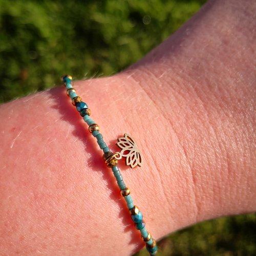 Bracelet breloque lotus en perles de verre et acier doré