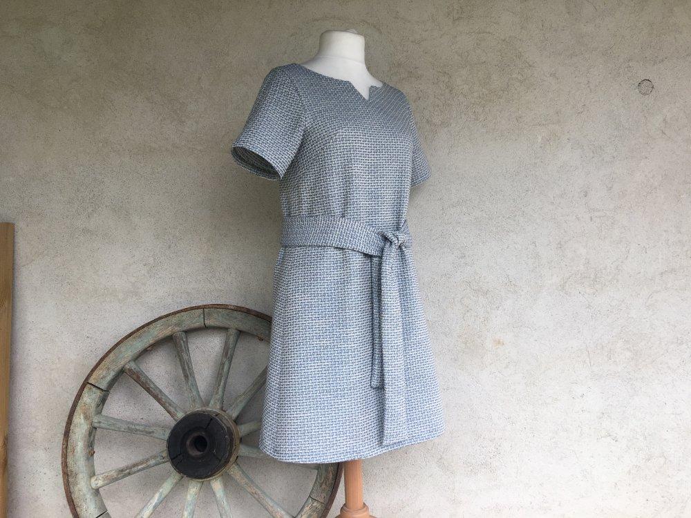 Robe trapèze ample à manche courte et col en V réalisée dans un tweed d'été