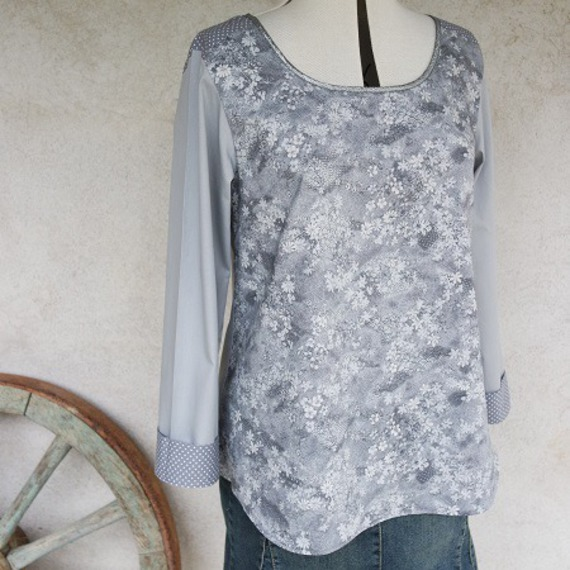 Tunique, chemise, blouse ample forme trapèze à manches longues et encolure ronde