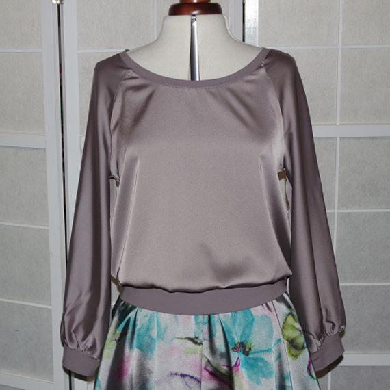 Top tunique ample en satin gris façon sweat-shirt