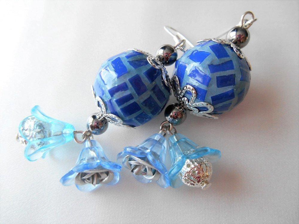 Boucles d'oreilles mosaïque et fleurs. Bleu.