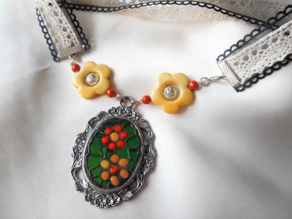 Collier mosaïque et dentelle, vert et jaune.
