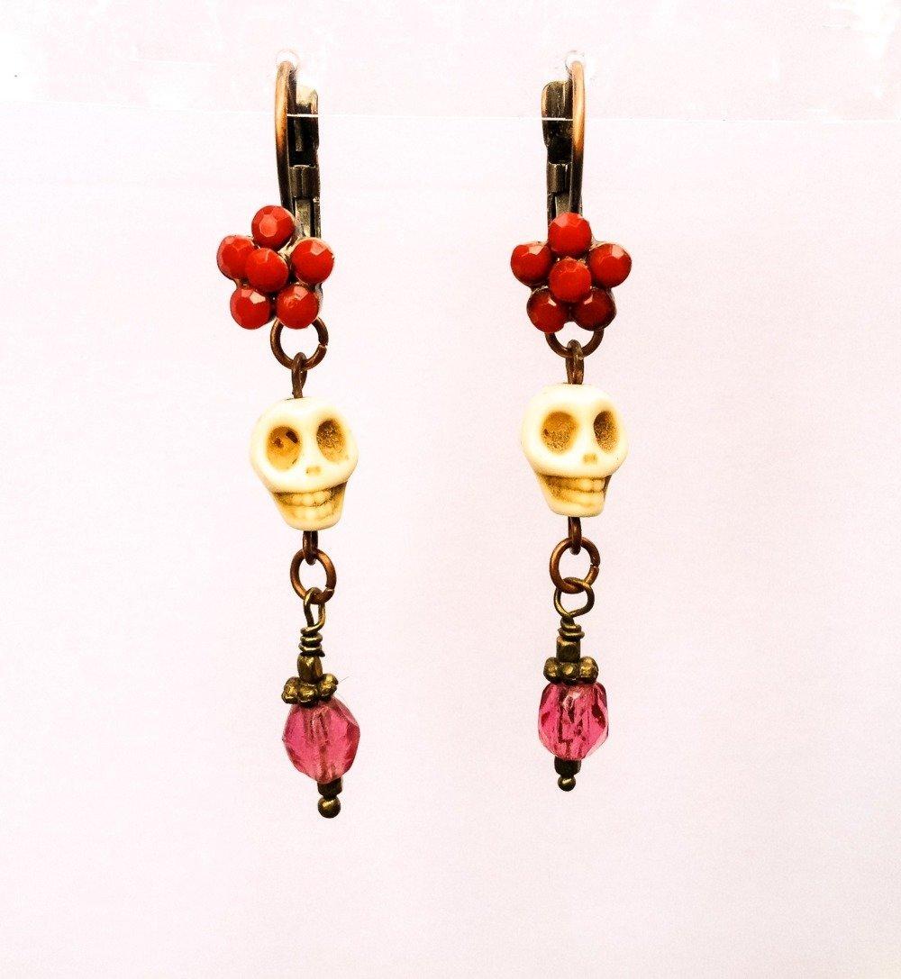 VENDU! Boucles d'oreilles de créateur Jour des morts Frida Kahlo Tête de mort Pierres semi-précieuses howlite Fleurs rouge Cuivre