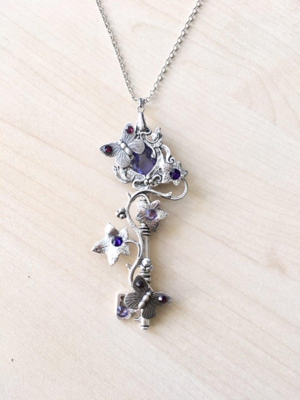 Long sautoir art nouveau clé avec papillons et feuillage argent, cristal Swarovski parme et violet