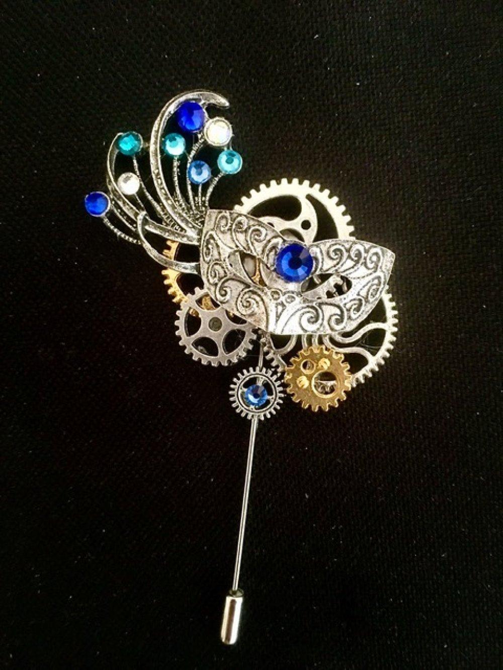 Broche steampunk masque vénitien avec rouages  et strass en cristal Swarovski
