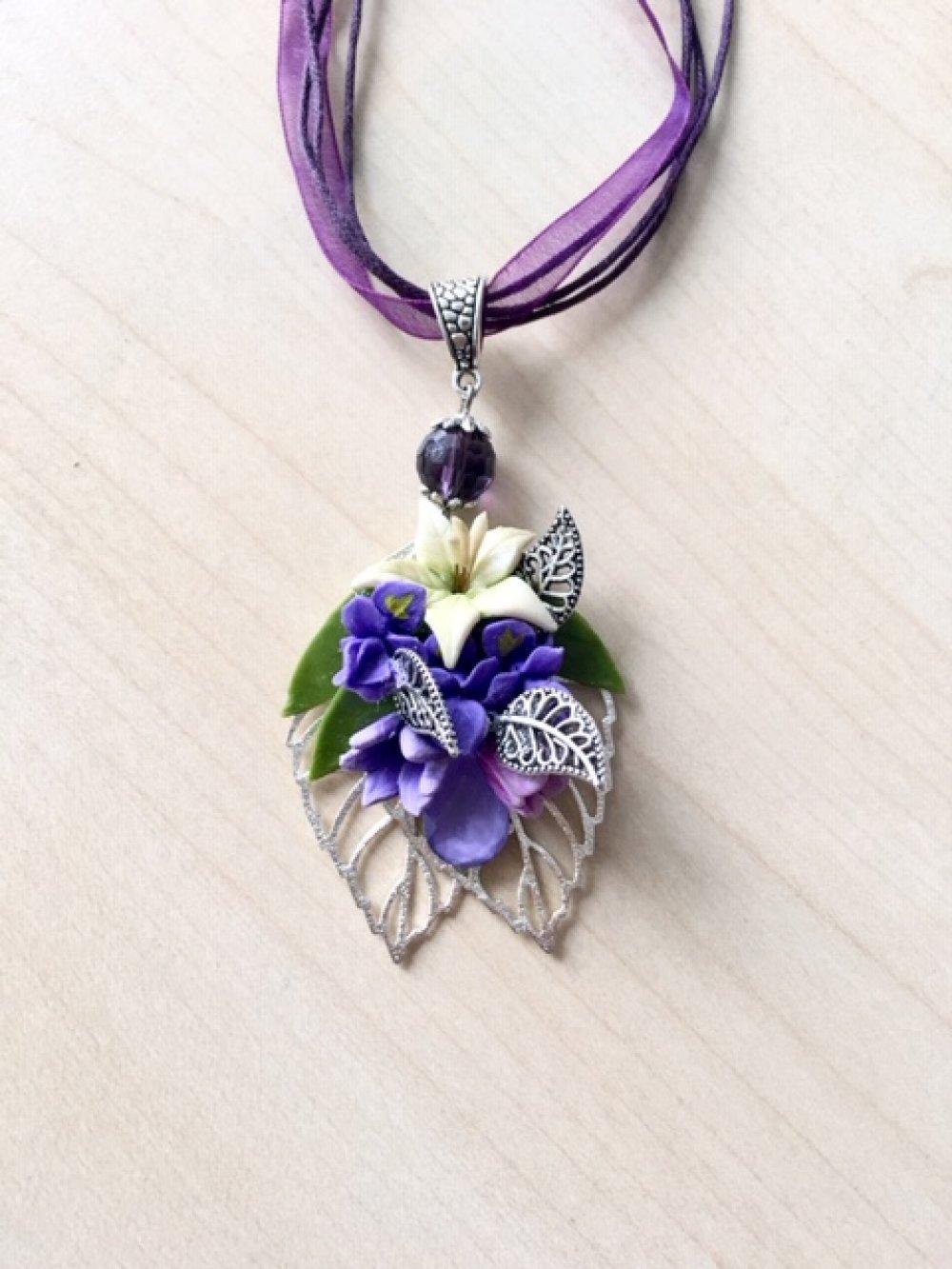Collier bouquet violet  avec fleurs en porcelaine froide et métal argenté